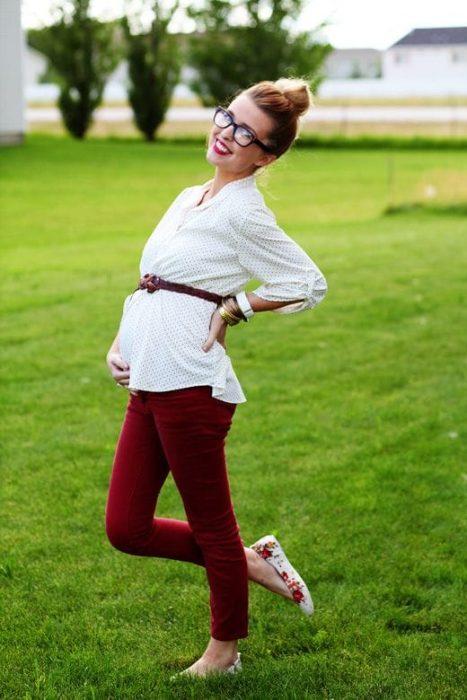 chica con pantalón rojo