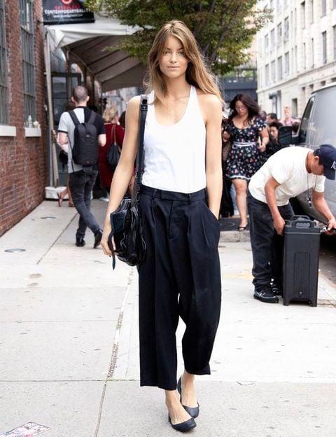 Chica usando usando pantalones anchos y cortos estilo pantalón de vestir