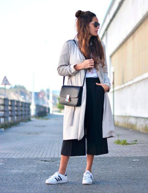 Chica usando usando pantalones anchos y cortos estilo vestir