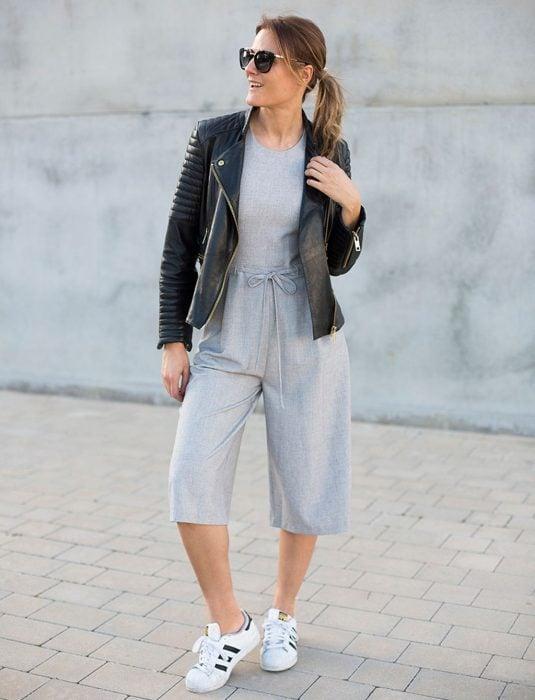 Chica usando usando pantalones anchos y cortos estilo chandal