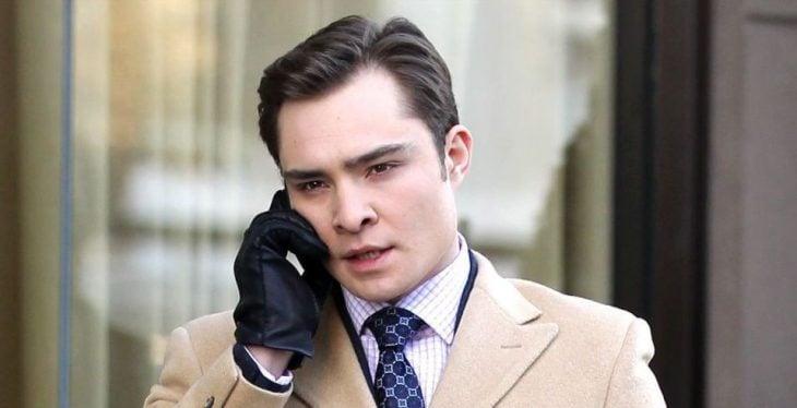 chico hablando por telefono