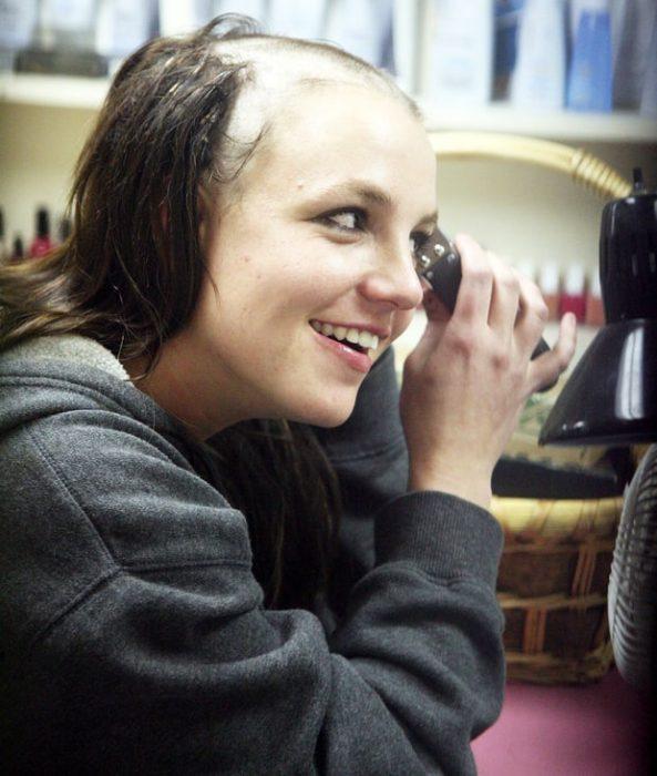 Britney rapando su cabello