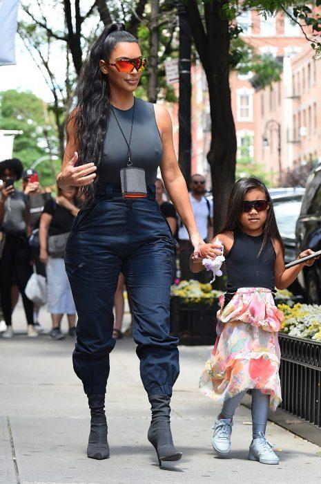 Kim Kardashian caminando junto a su hija north que tiene el cabello lacio