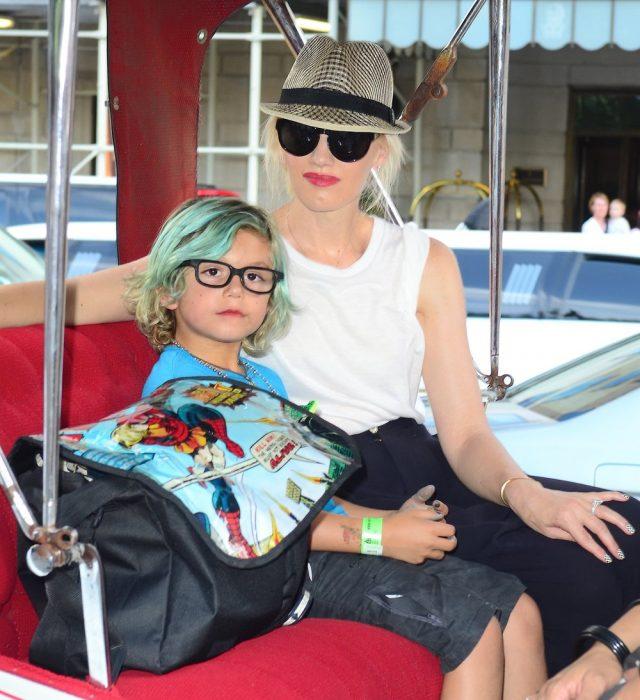 Gwen Stefani y su hijo sentados en un carrito de golf