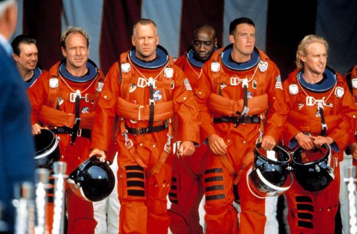 Escena de la película armagedon. Hombres caminando por un pasillo