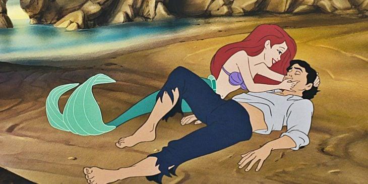 Ariel y Eric de la Sierenita recostados en la arena