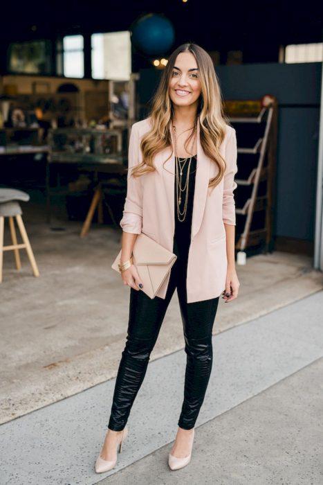 Chica usando un blazer oversize color rosa palo