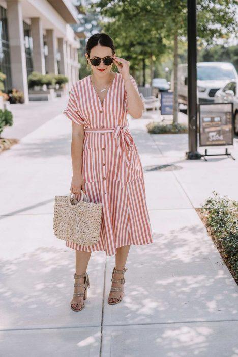 Chica usando un vestido largo camisetero con escote en V