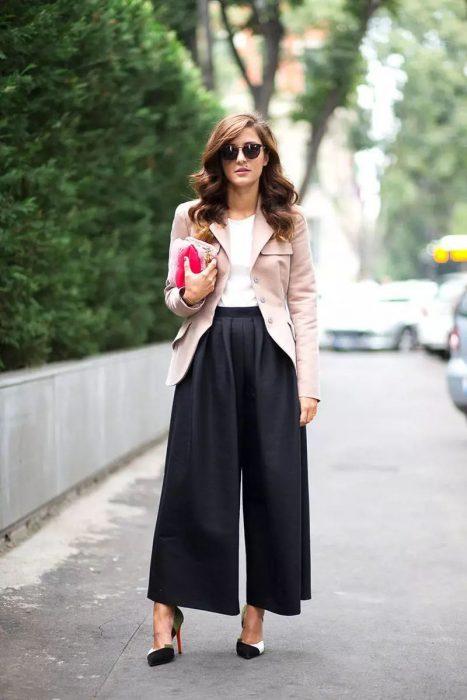 Chica usando unos pantalones de corte ancho y tiro alto
