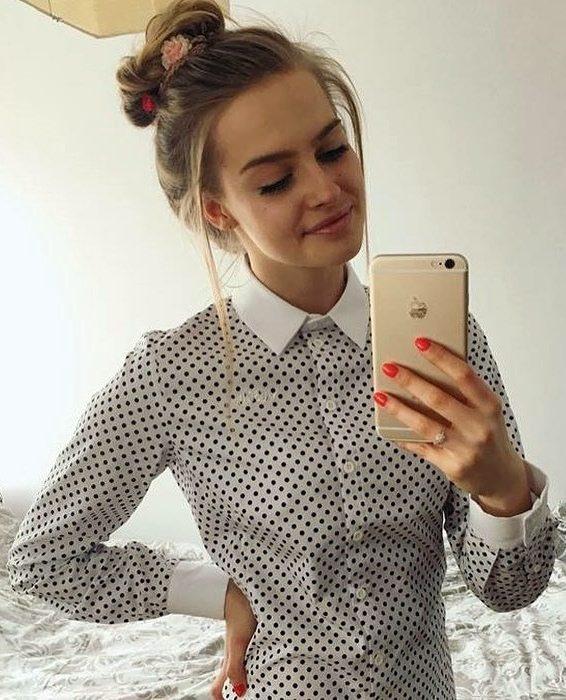 Chica usando una camisa de cuello blanco