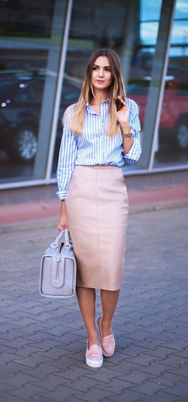 Falda de lapiz color rosa y blusa a rayas