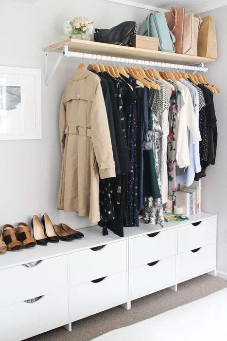 Closet con distintas prendas, bolsas y calzado