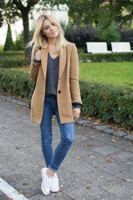 Chica usano una gabardina de color camel