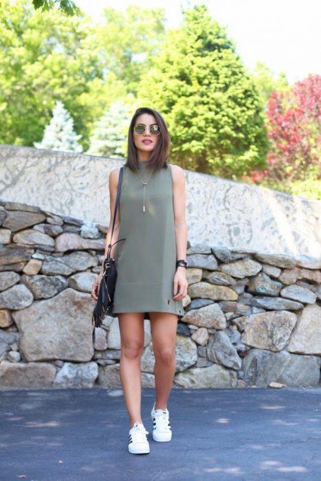 Chica usando un vestido de color verde militar