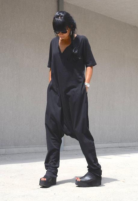 Chica usando un jumpsuit grande