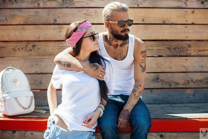pareja de novios con tatuajes