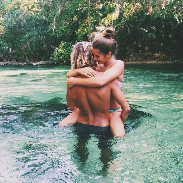 pareja en una laguna