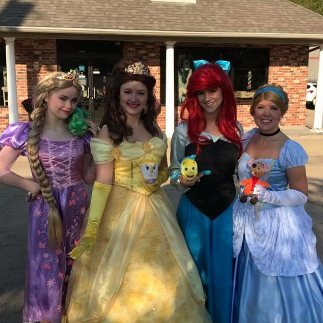 Chicas disfrazadas de varias princesas