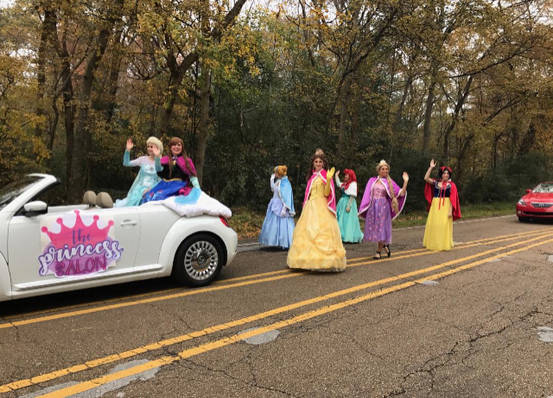 Chicas en un desfile luciendo como princesas