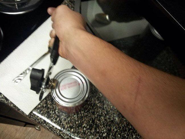 Zurdo tratando de abrir una lata
