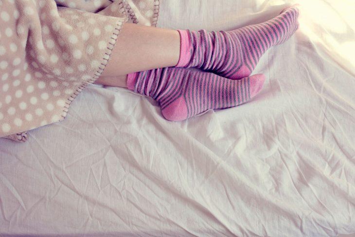 Vaselina y calcetines para pies frescos