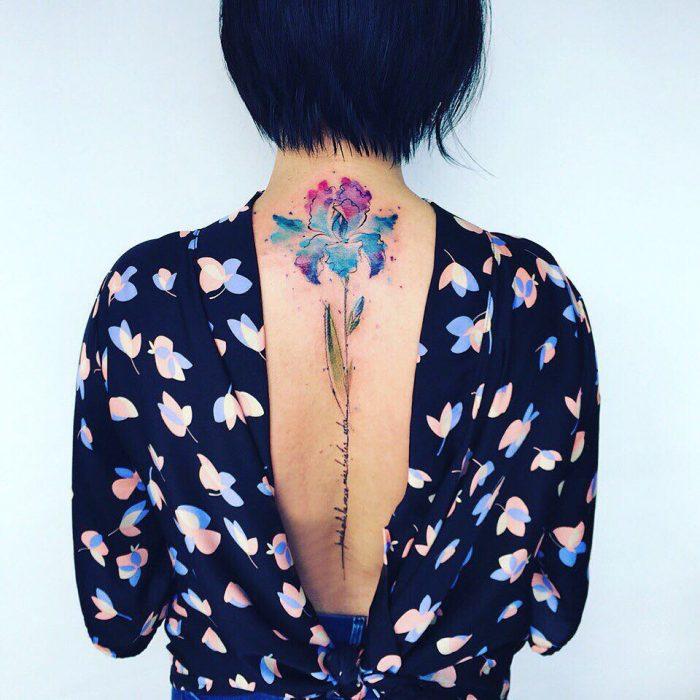 chica con blusa de estampado a flores