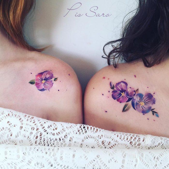 chicas con tatuajes de flores