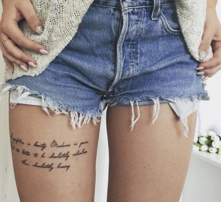 Chica con un tatuaje en el muslo