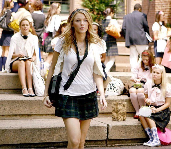 chica con uniforme escolar