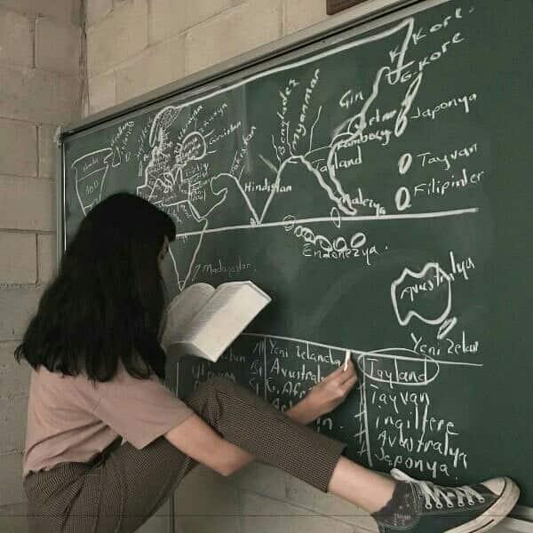 chica dibujando en el pizarron