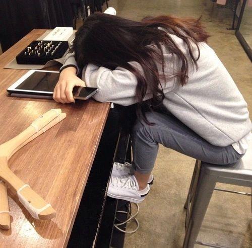 chica dormida sobre el escritorio
