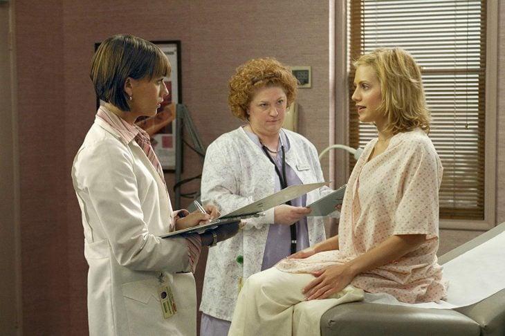 Chica visitando el doctor