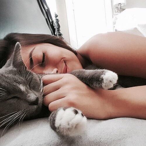 chica dormida junto a un gato