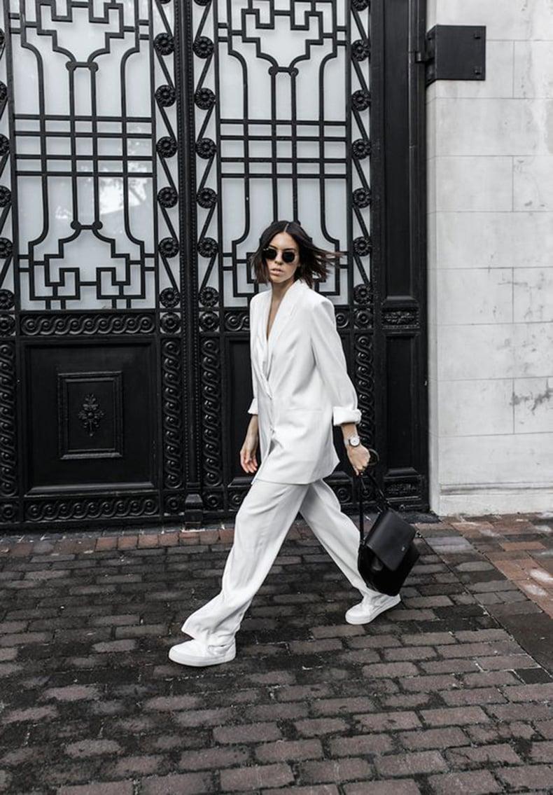 Chica con un traje oversize en color blanco