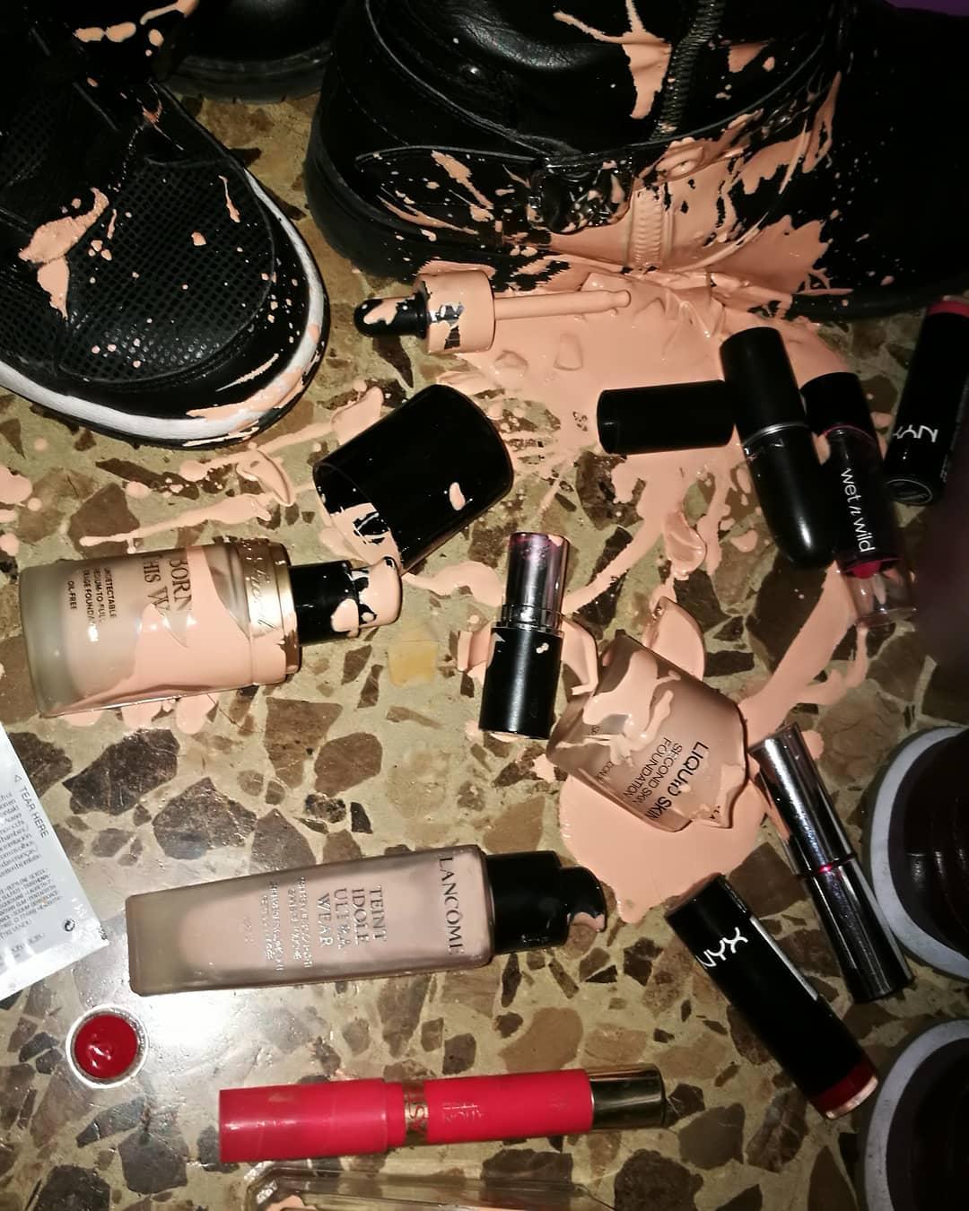 Maquillaje quebrado y esparcido por el eulo