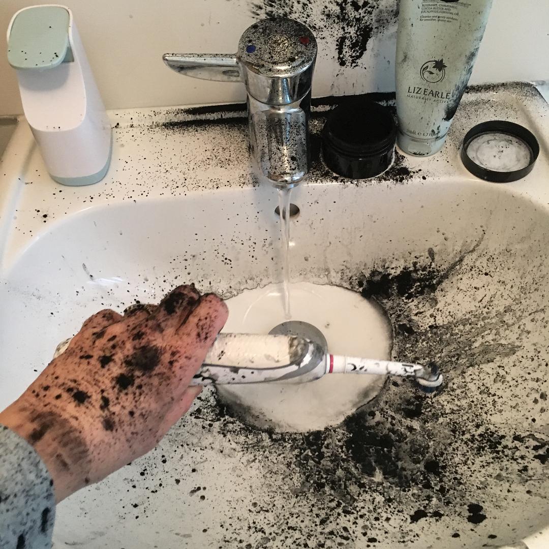 Desastre en el baño con carbon para los dientes