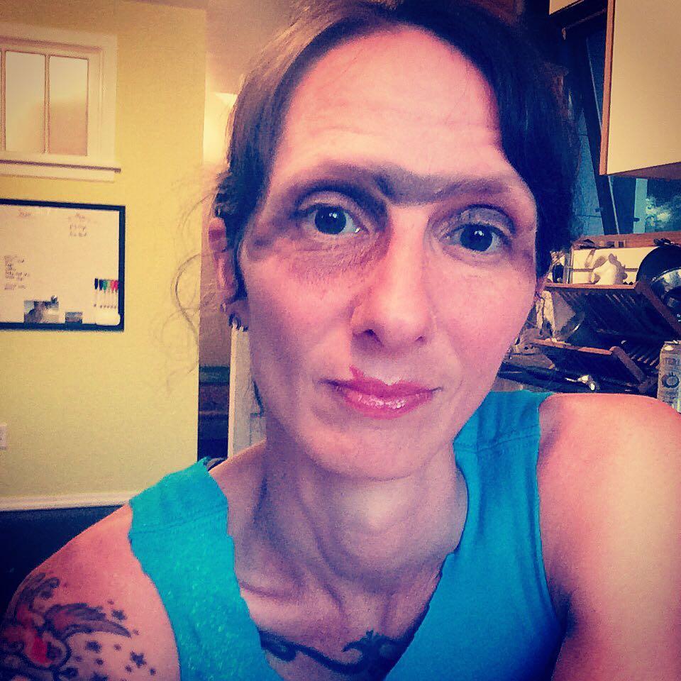 Mujer con las cejas mal pintadas