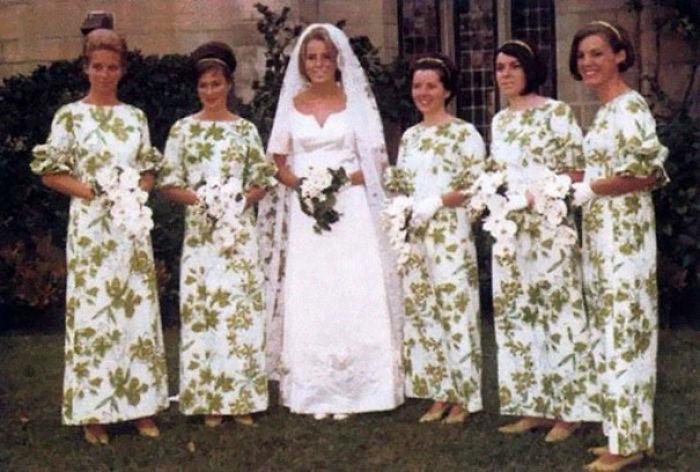 chicas con vestidos de flores