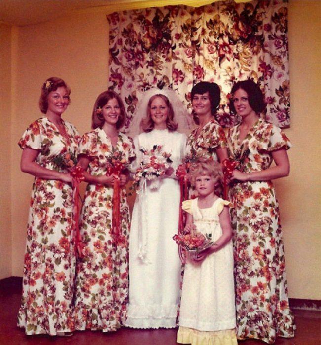 chicas con vestido de flores
