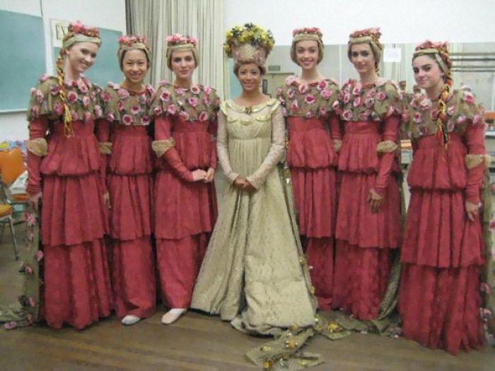 chicas con vestidos con olanes