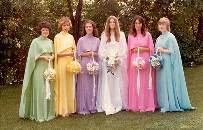 chicas con vestidos de colores
