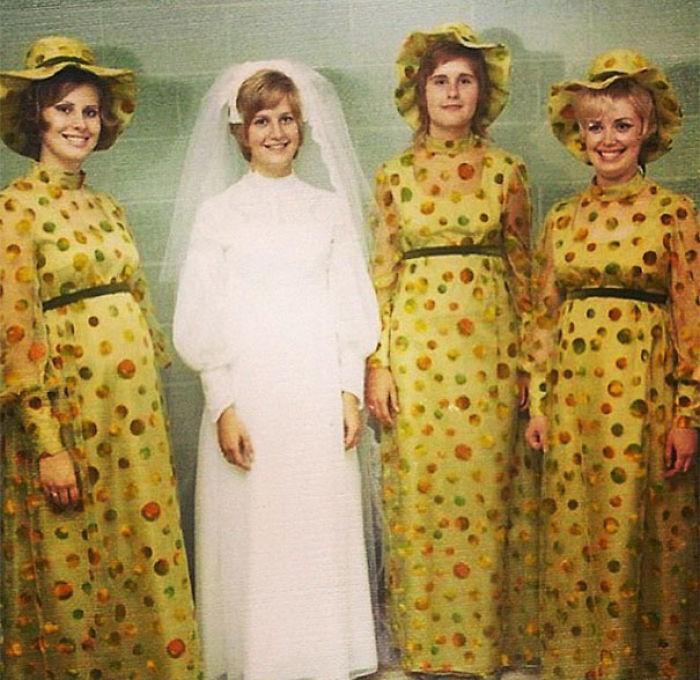 chicas con vestidos amarillos