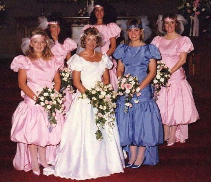chicas con vestidos rosas pastel