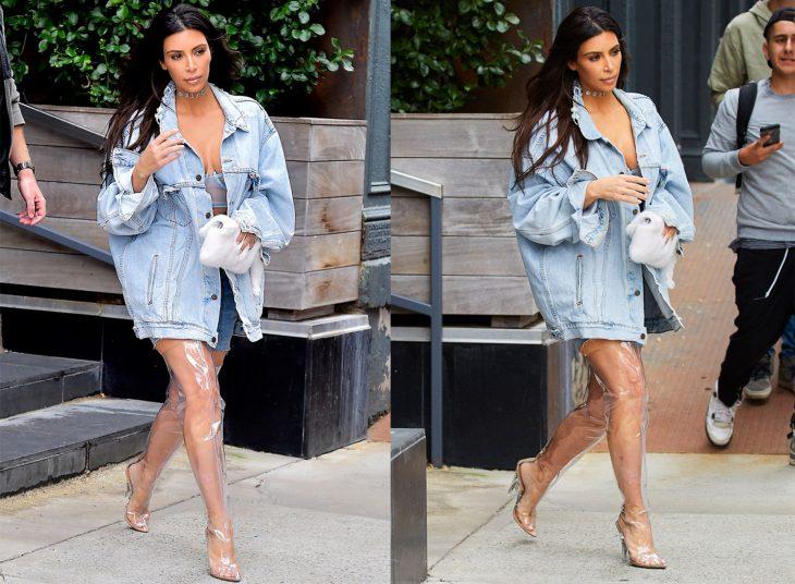 Kim Kardashian usando unas botas hasta el muslo transparentes