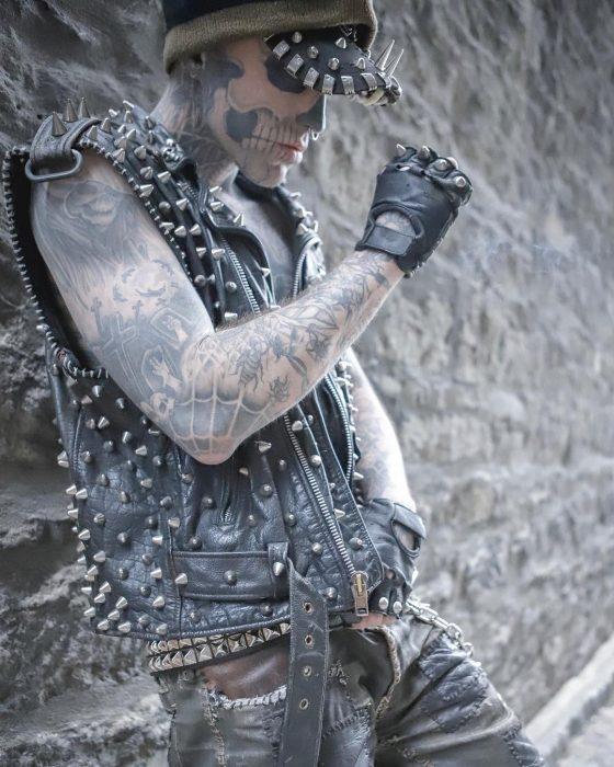 chico con tatuajes