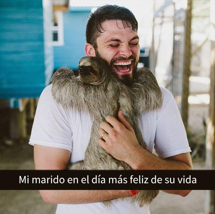Un hombre feliz abrazando a un perezoso