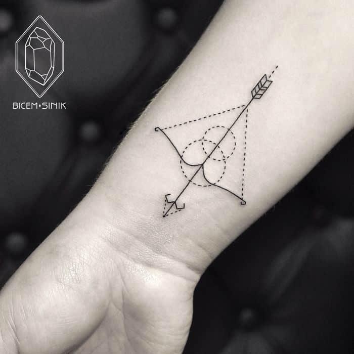 tatuaje de flecha y arco