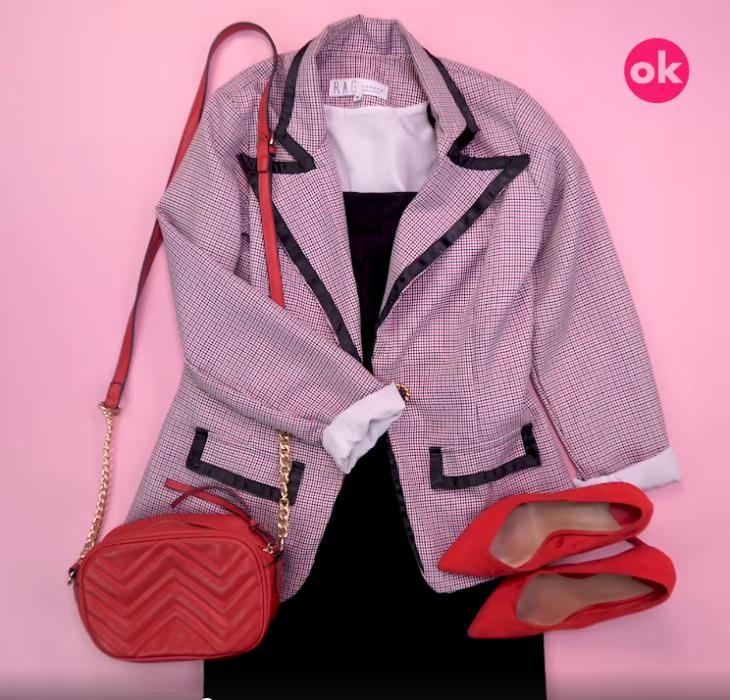 vestido con saco bolso rojo y tacones rojos