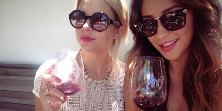 chicas tomando vino