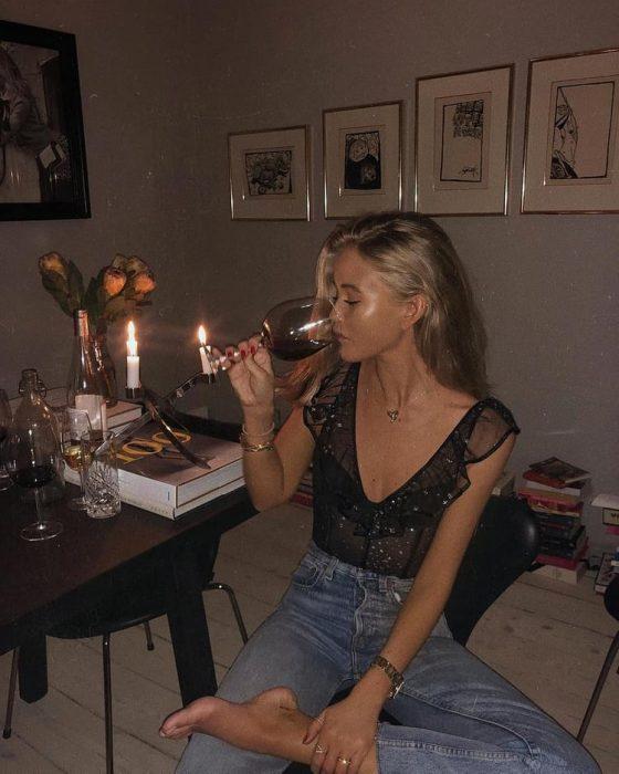 chica bebiendo vino